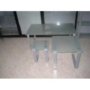Mesa auxiliar con encimera de cristal.